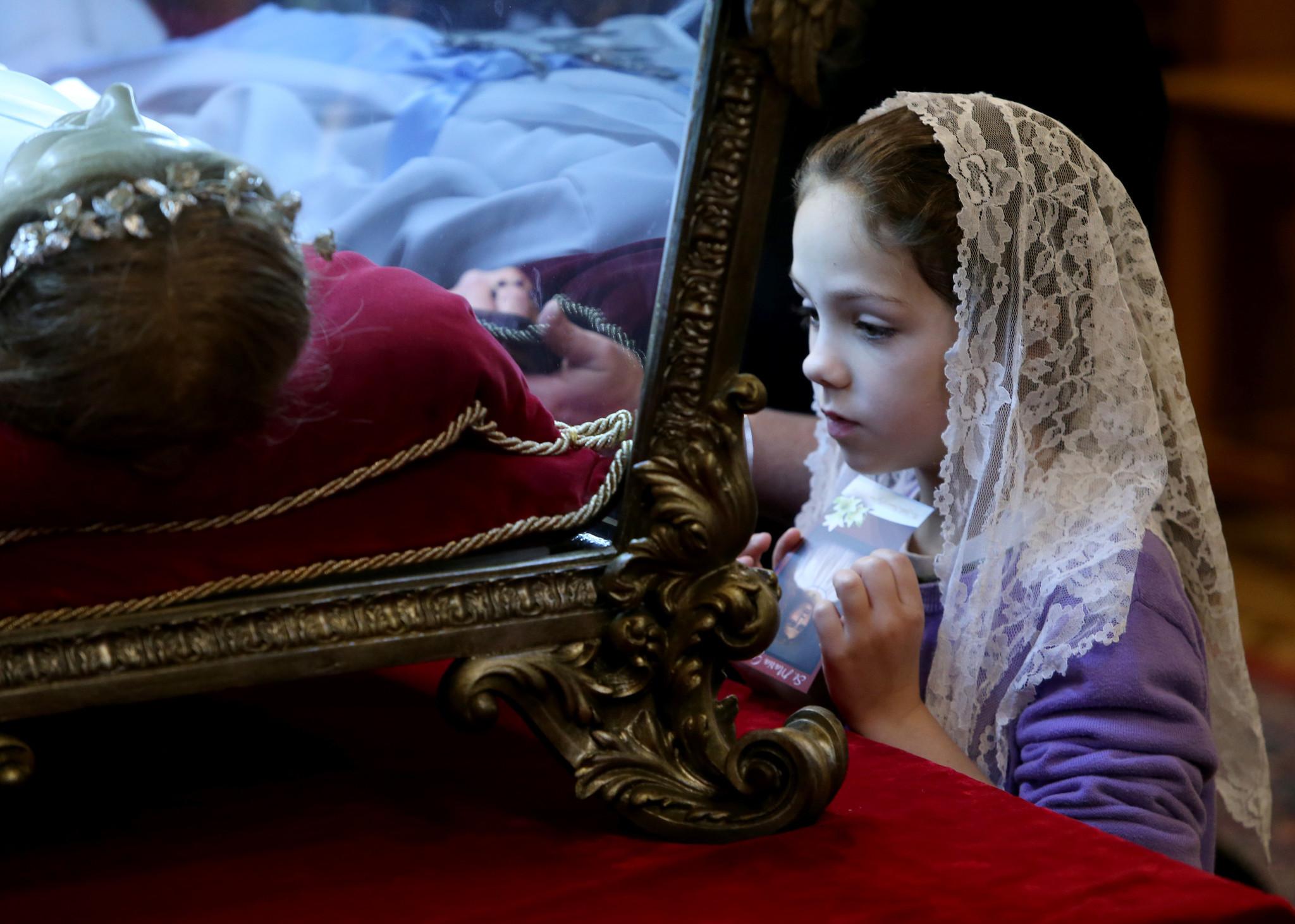 ct-hoy-8480558-miles-visitan-los-restos-de-santa-maria-goretti